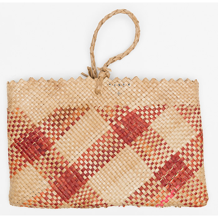 This kete tataī ta'i is made from pandanus, red dye and swamp taro plant fibre.