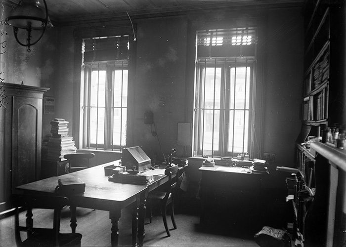 Thomas Cheeseman\u0027s travelling writing desk sits on a large table in his office at Auckland Museum in its former premises on Princes St in January 1928.