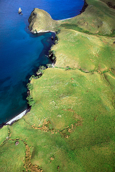 Aerial view of the northwest coast of the island showing Tamewhera pa at top left and the swamp area. Other garden sites (lines of stones) are visible on the ridges to the south.