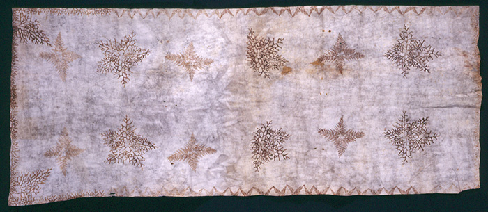 Worn as a shawl or scarf, this ahufara has printed fern and moss motifs produced by dipping the plant dye and pressing it on the soft white felted tapa.
